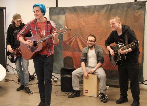 """""""BAKRUS"""": Coveret til punkrockernes kommende plate (kommer for salg i november) var tegnet digitalt av Ola Olsen Lysgaard. Bandmedlemmene er Steffen Lilleevjen (bass), Jonas Jansen Ramsfjell (vokal, gitar), Odd Ragnar Bukkvoll (trommer) og Vegard Moen Viken (gitar)."""