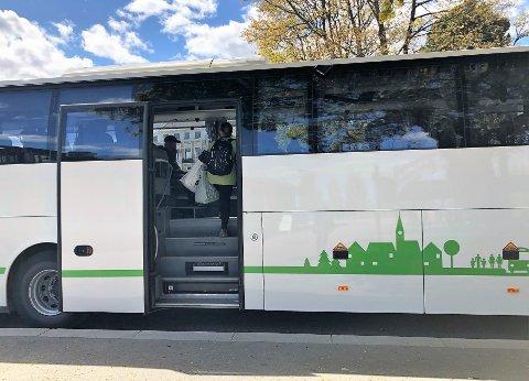Passasjerer kan kun gå inn i bussen bak. Betalingssystemene i front får ikke sjåfører lov til å bruke på grunn av smittevernstiltak. Det rammet en funksjonshemmet dame fra distriktet. Illustrasjonsfoto: Trude G. Dale