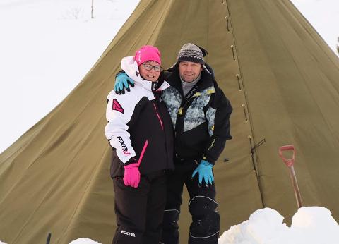TAKKNEMLIGE: Brit Eva Lundereng og Joar Aspås setter pris på alle som kommer innom: – I helgen var det god stemning her, med mange blide og hyggelige folk. Arbeidet gir mer enn det tar, sier Lundereng.