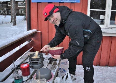 Pannekakesteiking: - Eg skulle nok ha gått for pølser, det hadde vore enklare på panna i dag, humrar Torgeir Reiten med skøytene på beina.