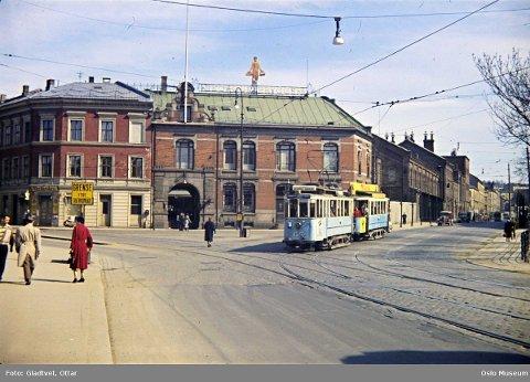 LANDEMERKE: Ølmannen er et landemerke på Schous plass. Slik så det ut fra Nybrua mot Schous bryggeri i 1958.