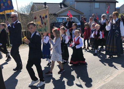 17. mai-tog: Både store og små storkoste seg under årets barnetog på Fauske. Solen tok godt tak og skinte på de flere hundre personene som stilte opp på ferden i Fauske.