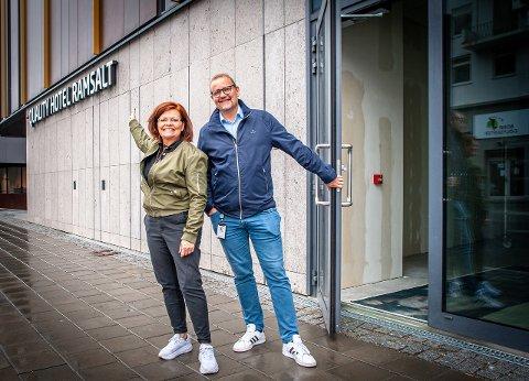 Guri Andreassen i 7. Himmel og Arve Pedersen i Hundholmen Byutvikling gleder seg til førstnevnte flytter inn i Quality Hotel Ramsalt.