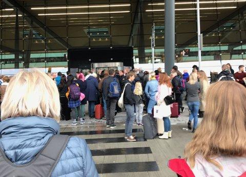 Passasjerene samlet seg utenfor da den nye terminalen på Flesland ble evakuert onsdag.
