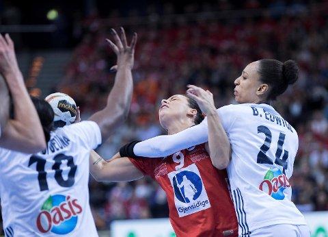 Nora Mørk og Norge ble taklet knallhardt av Frankrike i VM-finalen søndag. (Foto: Vidar Ruud / NTB scanpix)
