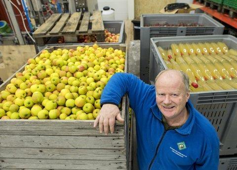 Epler, ikke apper: Nils Lekve driver ikke med høyteknologi, men eldgammel bryggekunst i Hardanger. FOTO: EIRIK HAGESÆTER
