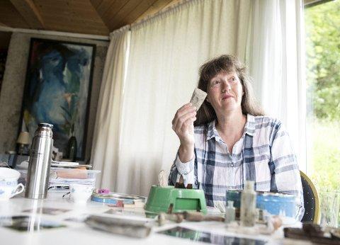 Eva Holmesland har gjennom flere tiår jobbet i hagen, og har gravd frem flere eldre gjenstander. Disse har hun tatt vare på i bokser over tid, nå har flere av gjenstandene blitt en del av Universitetsmuseet i Bergens samlinger.