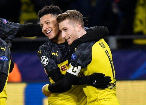 Dortmund's Jadon Sancho (t.v.) jubler sammen med lagkompis Marco Reus etter å ha scoret mot Slavia Praha. (AP Photo/Martin Meissner)