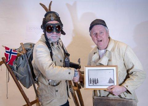 Fetteren til fatteren: – Sjå no på bildet, då! Kven trur du det var som sto klar med kameraet på Sydpolen då Roald Amundsen og følget kom, spør Bjørn Jensen. Her er fetteren (Gunnar Polden) og Belbert'n (Arild Totland) med bildebeviset.