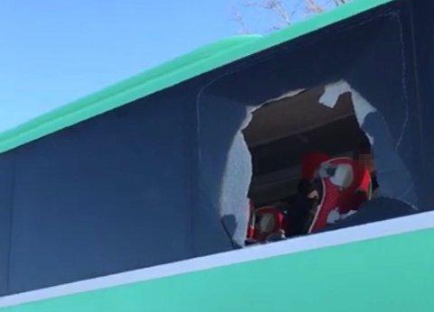 Ruten ble knust da ryggingen gikk galt, men enda mer glass løsnet da bussen skulle kjøre bort fra stedet.