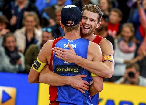 Anders Mol klemmer makker Christian Sørum etter en av deres mange turneringsseire. De vant EM søndag, og er klare gullkandidater for Norge i Tokyo-OL neste år.