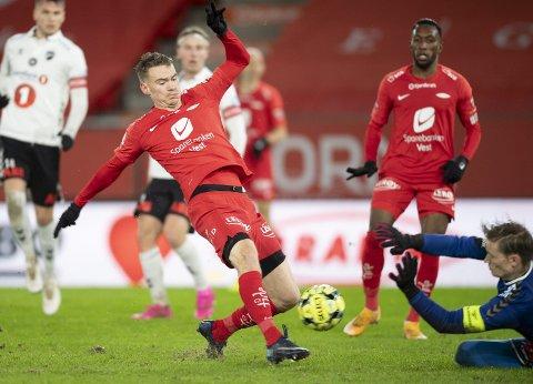 22 desember i fjor vant Brann 2–1 over Odd på Stadion. På bildet ser du Jon-Helge Tveita, med naturgress under knottene, score det som fort ble den siste målet på dagens Stadion-matte.