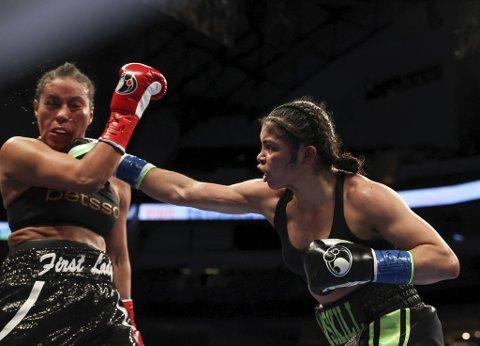 Jessica McCaskill (t.h.) vant på poeng mot Cecilia Brækhus natt til søndag. Foto: Melina Pizano/Matchroom / NTB