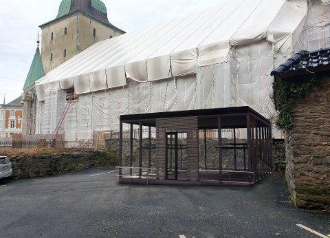 Plasseringen av bygget gjør at det i liten grad vil være til sjenanse for besøkende til kirken eller kirkegården, ifølge arkotektkontoret som har søkt Riksantikvaren om dispensasjon for sykkelskuret.