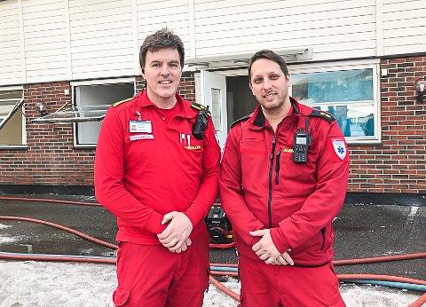 DAGENS HELTER: Ambulansearbeiderne Kent Espen Sandsbråten og Jonathan Lee Muller reagerte lynraskt da det begynte å brenne i leiligheten under Modum Ambulansesentral i Geithus.