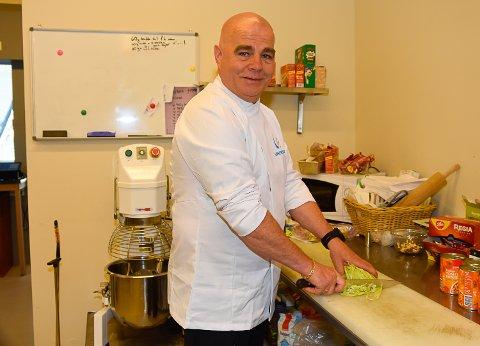 PÅ PLASS: Ole Martin Davidsen er på plass i skiflygingskroa som nyansatt kokk.
