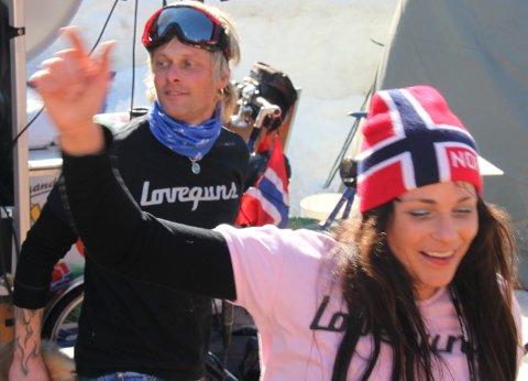 NYTT VM-OPPDRAG: Loveguns, Aina Beckstrøm Heiland og Kjell-Are Heiland frå Moi, reiser måndag til Falun i Sverige for å underhalda nordmenn under VM.