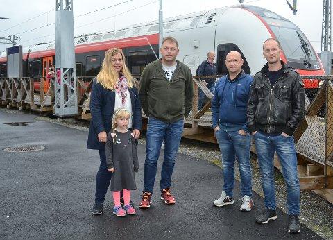 DAVID: Aksjonsgruppa MOT dobbeltspor er fersk og foreløpig liten, f.v. Tonje Sletteberg og datteren Alita Sletteberg (5), Jan Erik Tveten, Stig Olsen og leder Øyvind Skjervheim.