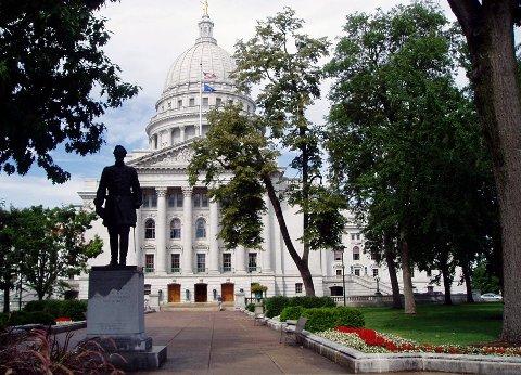 REVET: Statuen av Hans Christian statue utenfor capitolbygningen i Wisconsin ble revet av demonstrantr natt til onsdag lokal tid. En avstøpning av statuen står i Lierbyen.