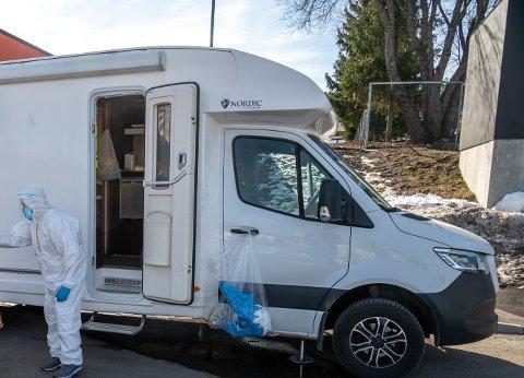 TEST: Med den mobile testbilen i bybildet håper kommunen mange vil bli minnet på at det er enkelt og gratis å ta koronatest i sommer.
