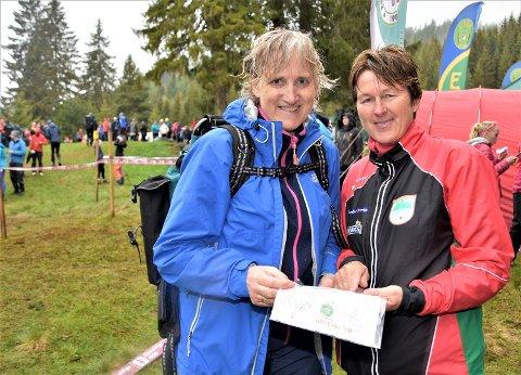 GIR SEG ALDRI: Marit Folkestad Tandberg (til v.) og Tove Beate Jelstad holder koken i o-løypa. De tilhører et fint miljø – med mange godt voksne løpere i Modum O-lag.