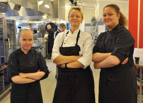 MAT ER VEIEN: Camilla Utzi og Eva Ulriksen (to fra venstre) håper de unge velger restaurant og matfag. (Bildet er tatt ved en tidligere anledning).