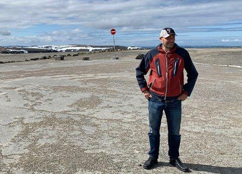 NORDKAPP: Slik så det ut på parkeringen utenfor Nordkapphallen 3. juni i år da Finnmarksposten møtte direktør Hans Paul Hansen. Det skal være mer aktivitet der oppe nå.