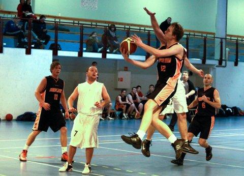 Eikefjord Basket i aksjon.