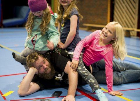 Populær: Jeppe Beck Laursen er ein populær mann blant dei yngste på øvingane i forkant av Kinnaspelet. Alle foto: Tarjei Langeland