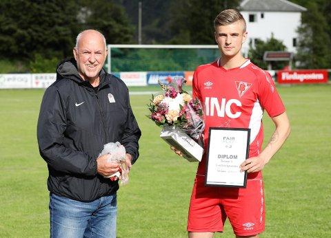 PRISVINNAR: Eirik Førde Rylandsholm fekk før avspark i kampen mot Førde, det synlege beviset på at han er vinnaren av Fair Play-prisen for mail månad.