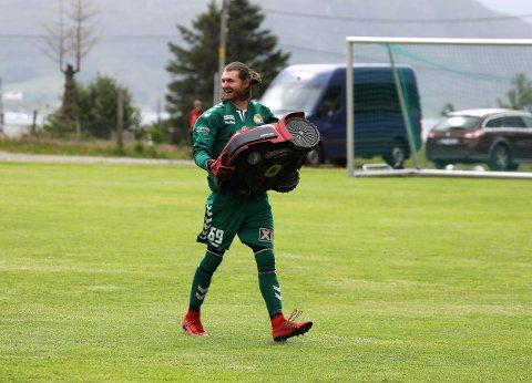 FAST GREP: Stryn-keeper Jakob Dypfest Holst måtte hente to baller ut av nettet mot Bremanger, men robotgrasklipparen hadde han bra kontroll på.