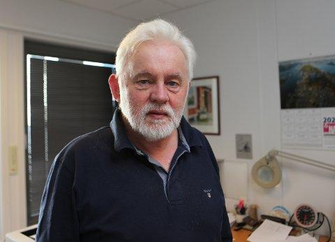 Kommuneoverlege Jan Helge Dale fortel at testing må fortsette i stor skala for å kunne halde skulane ope.
