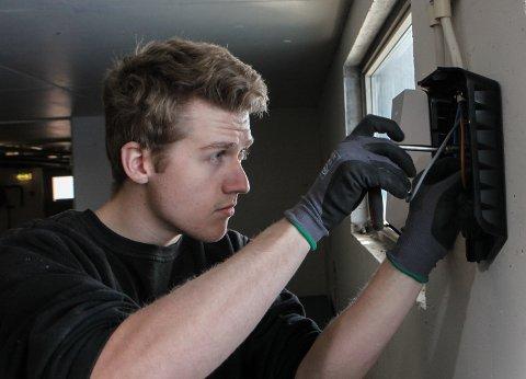 MONTERING: Koen Van Eck, frå Fokus Elektro, set opp ladarar i eit garasjeanlegg.