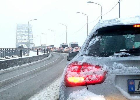 KØ PÅ BRUA: Det var lange køer over Fredrikstadbrua fredag morgen i kaoset som oppsto.
