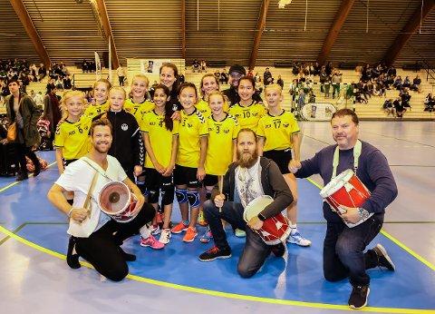 TROMMER: Heine Aardalen, Thomas Ryste og Willy Brusdal sørget for liv i Kongstenhallen da Skogstrand-jentene i bakgrunnen spilte kamp. (Foto: Harry Johansson)