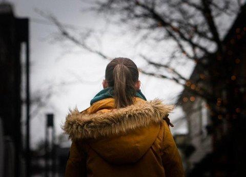 OVER STREKEN: En mossekvinne (24), som ønsker å være anonym, opplevde da hun var 16 at kontakpersonen hennes, som utplasseringselev i en mannsdominert bedrift, gikk langt over streken. Foto: Terje Holm (Moss Avis)