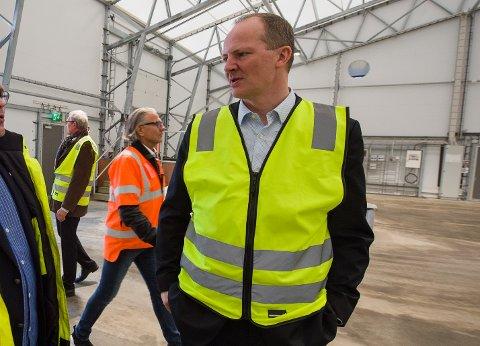 På besøk: Samferdselsminister Ketil Solvik-Olsen besøkte Batteriretur AS på Øra mandag ettermiddag.