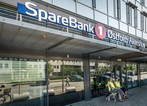 I STREIK: Streikevakter utenfor SpareBank1 på Værste i Fredrikstad.