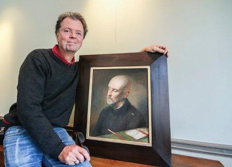 På torvet: Per T. Lundgren stiller ut 35 portretter, og rundt 50 bilder totalt. Han er en anerkjent maler du nå kan se verkene til, frem til 16. september. Her sitter han med Lars Saabye Christensen.