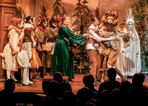CITY SCENE: FredrikstadUngane sin rykende ferske oppsetting «Løven, heksa og klesskapet» byr både på musikalske perler, godt skuespill og kystymer som trekker en rett inn i Narnia-universet.