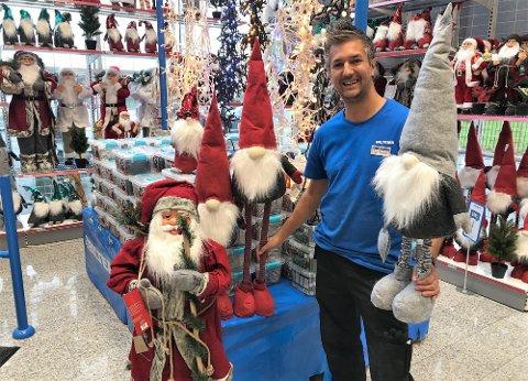 JUL: Biltema på Østsiden og Jon Petter Larsen er i gang med julehandelen.