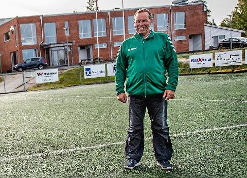 Lervik IF daglig leder Thor Martin Martinsen ser frem til åpningen av den nye kustgressbanen i mars.