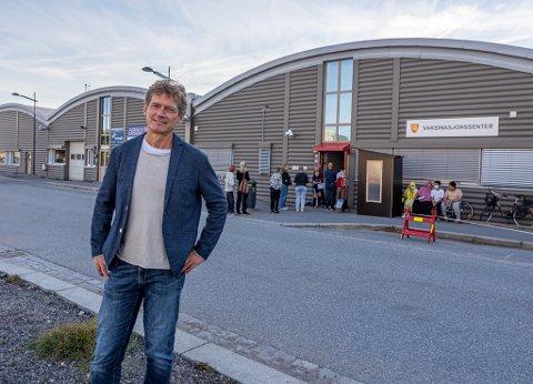 Professor og Fredrikstad-bosatte Ketil Størdal er ikke imponert over vaksineringen i gruppen 25-39 år. – Flere må ta ansvar og brette opp ermet, sier han.