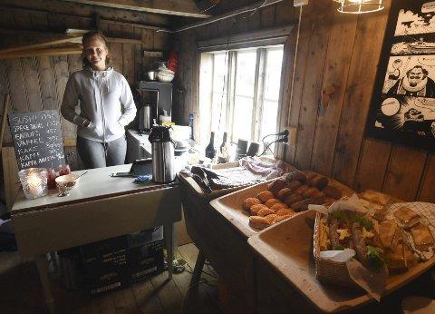Godt utvalg: Johanne Marie Båtstrand (17) fra Mosjøen har mange lekre matretter å friste gjestene med. Alle foto: Øyvind A. Olsen