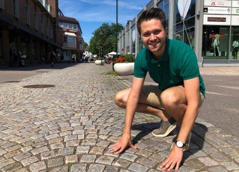 KOMMUNE VÅPENET: Her ser Bjørn-Kristian Svendsrud for seg at æresborgerne skal få kommune våpenet med navn på æresborgerne hogget i stein.