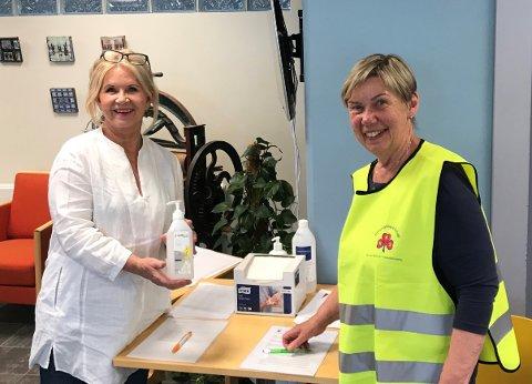 SMITTEVERN: Anneli Lorentzen (t.v.) er leder for omsorgsberedskapsgruppa i regi av Sanitetskvinnene. Her er hun sammen med Ingrid Jevne Schmidt.