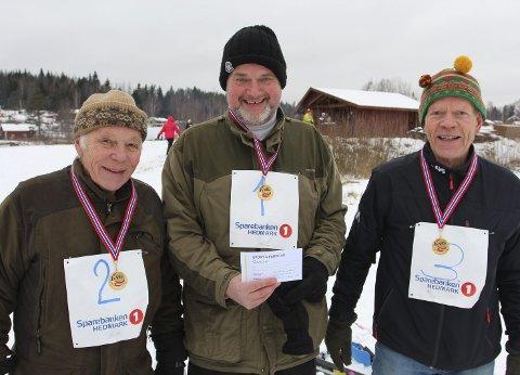 GLADE GUTTER: Lars Rambøl (t.v.), Erling Hauer og Tormod Sæther var mektig stolte av gullmedalje og gavekort de fikk i premie på tross av alderen.