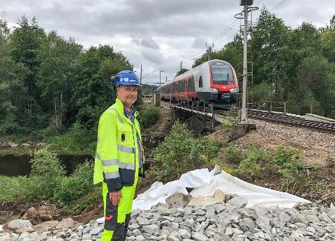 ARBEID PÅ KONGSVINGERBANEN: Jernbanebru og sporveksler ved Disenå skal skiftes, og det vil påvirke både togtilbud og naboer. Her er byggeleder Johan Grøn i Bane NOR på anleggsplassen.