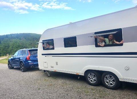 KLAR FOR NORGESFERIE: I sommer har familien Lindkjølen Haget gått til innkjøp av en bruktbil som kan dra deres nye campingvogn til store deler av landet.