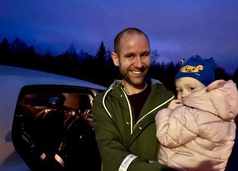 LEVERTE PÅ MORRAN: – Barna er alltid godt sikret i bilen, sa Henrik Foss fra Lia. Han var tidlig ute og fraktet datteren Frida på 2 1/2 år til Marikollen barnehagen. Frida har attpå til Bamse – verdens sterkeste bjørn, som passer ekstra på foran på lua.